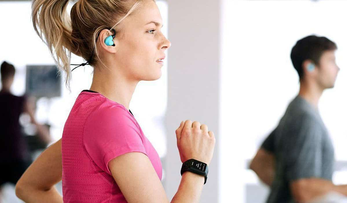 woman-wearing-fitness-watch-while-running-on-treadmill